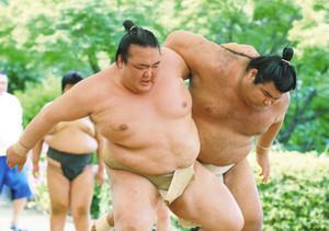大相撲 白鵬、稀勢の里 横綱が名古屋場所へ闘志