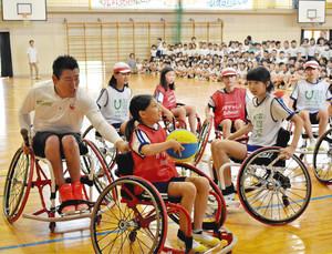 車いすバスケ 児童に呼び掛け 元日本代表の神保康広さん