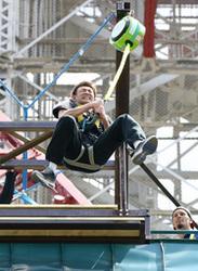 バスケBリーグ 北海道の折茂「テレビ塔ダイブ」体験 飛び始め式