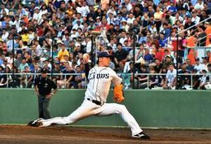 プロ野球 1万4000人興奮 沖縄勢いきいき 始球式ワクワク