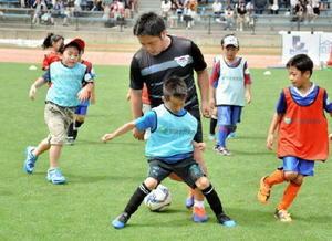 J1鳥栖がサッカー教室、サガンコーチが指導