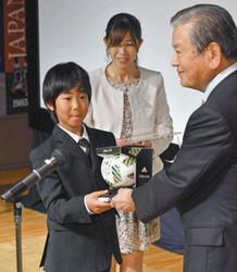 サッカーで頑張る母子家庭の小学生応援 竹内悌三賞の作文募集