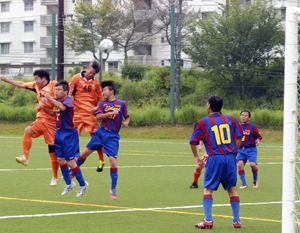 シニア24チームが熱戦 富岡で東北サッカーフェス開幕